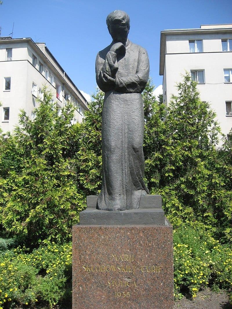 Estatua de Marie Curie 1935, frente al Instituto Radium, Varsovia