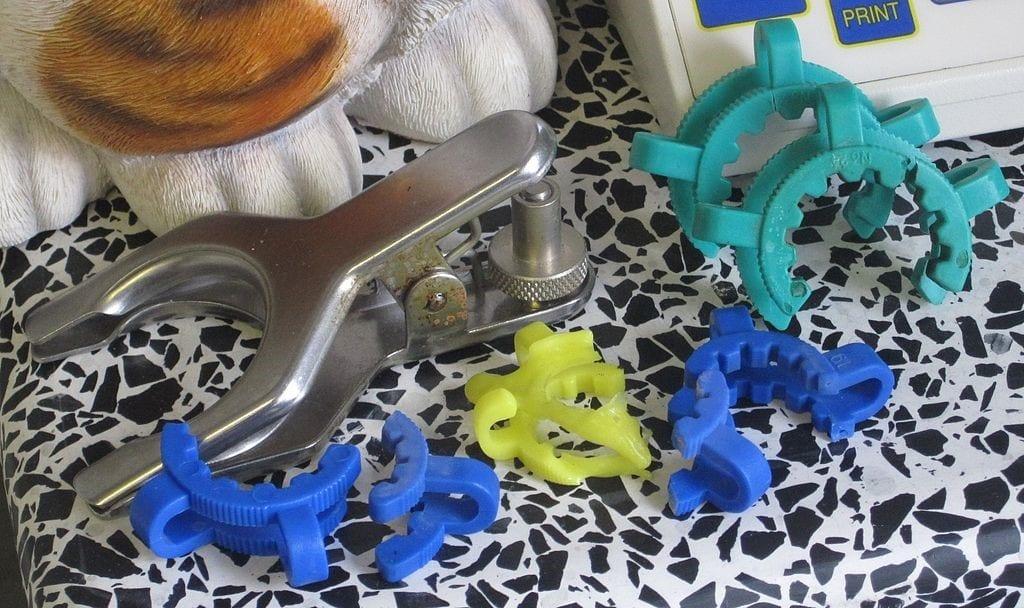 Ejemplos de clips Keck y metalicos afectados por corrosión