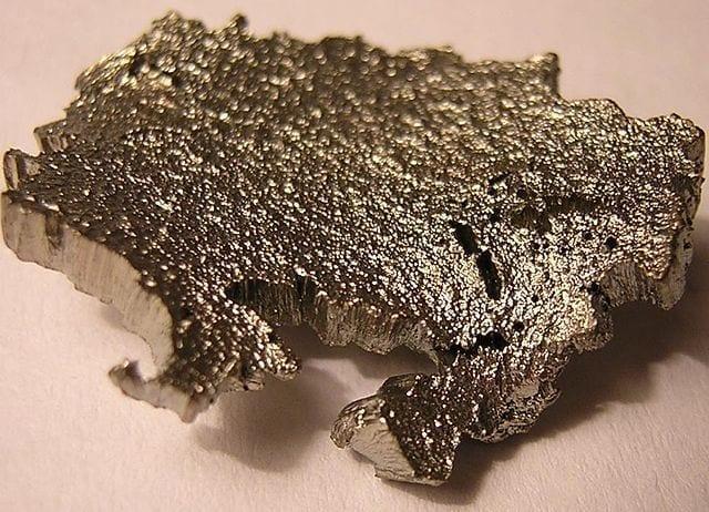 El escandio es un metal relativamente suave, de color blanco plateado.