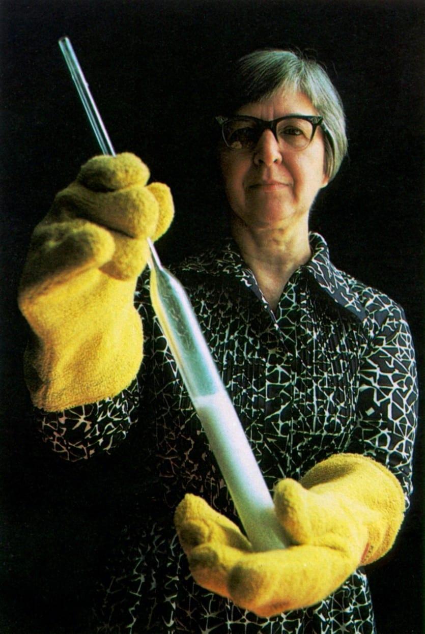 Stephanie Kwolek con una muestra de solución de poliamidas