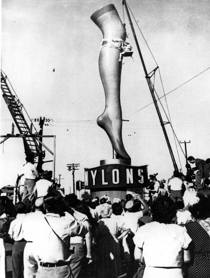 Una pierna gigante, de 35 pies de altura, anunciaba medias de nylon para el área de Los Ángeles.