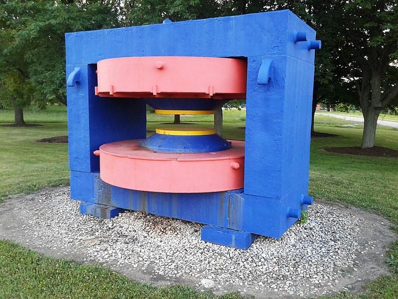 El yugo magnético del ciclotrón construido en 1935 por el profesor William D. Harkins y sus colegas de la Universidad de Chicago se trasladó en 1978 al Laboratorio Nacional de Aceleradores Fermi, cerca de Batavia (Illinois), donde se encuentra expuesto