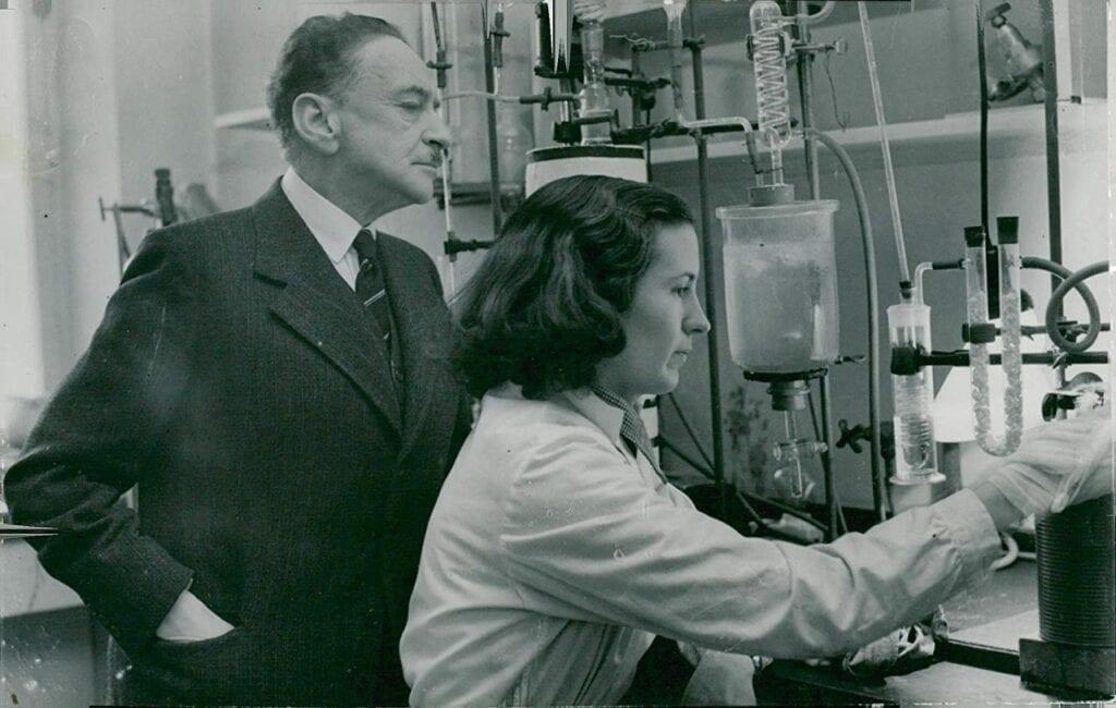 Hans von Euler-Chelpin y la Sra. A. Haglund en el laboratorio