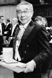 Kenichi Fukui después de recibir el premio Nobel