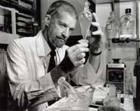 John W. Daly en su laboratorio
