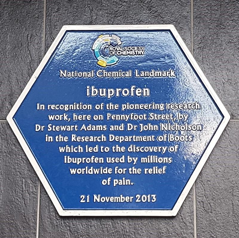 Placa colocada en BioCity Nottingham, el sitio del laboratorio original donde se descubrió el ibuprofeno