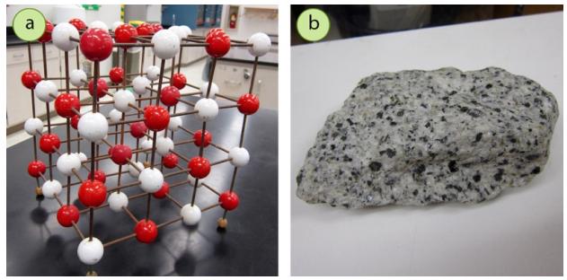 Figura 1: a) Un ejemplo de red cristalina (este modelo es de NaCl), b) Granito, una roca heterogénea.