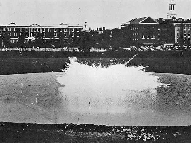 Día de la Independencia, 1942: la primera prueba de campo del napalm, detrás de la Escuela de Negocios de Harvard. Fotografía cortesía de los Archivos de la Universidad de Harvard/ Louis Fiester